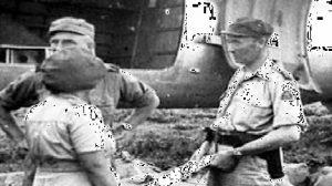 Mayor Jenderal Britt juga diketahui melakukan inspeksi ke lapangan udara (vliegveld) Pameungpeuk pada 24 Oktober 1947. (Judul foto: Mevrouw Gideon in gesprek met generaal-majoor H.J.J.W. Dürst Britt op het vliegveld Pameungpeuk. Tahun: sekitar 1946-1950. Sumber: Gahetna.nl)